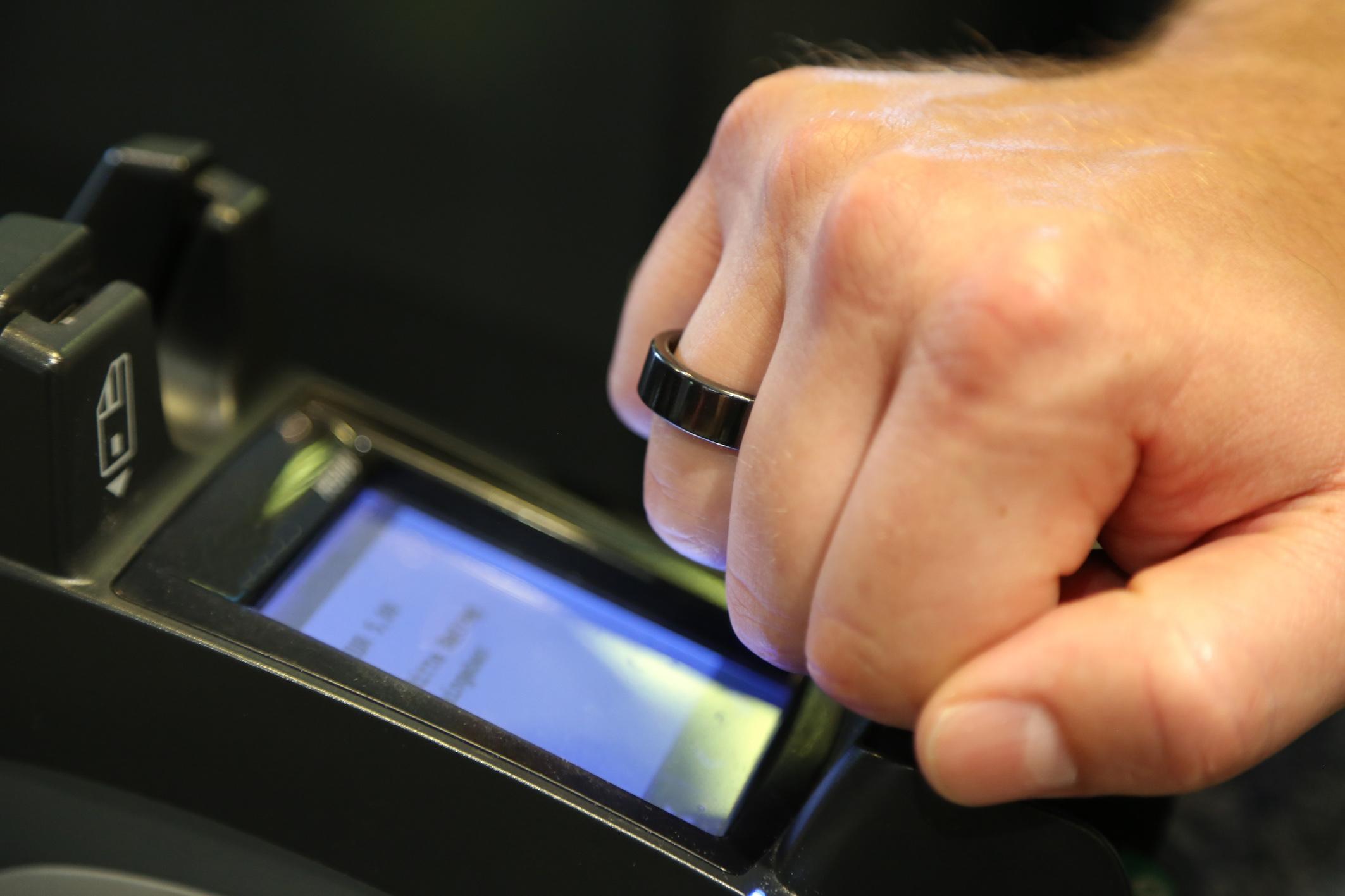 英飞凌为全球首款NFC支付戒指提供非接触式安全芯片