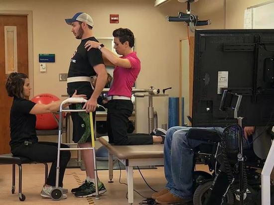 世界首例!下肢完全瘫痪的他,通过电子设备重获行走